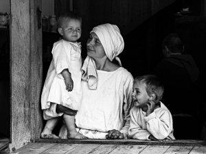 Madre en la ventana con sus hijos